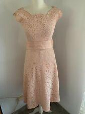 Ancienne robe en dentelle rose époque 1950