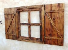 ventana de madera oscura cruz con postigos o contraventanas,, vintage
