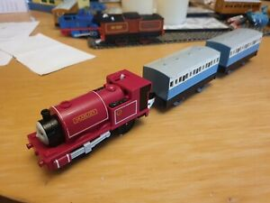 TOMY Thomas & Friends Trackmaster SKARLOEY & CARRIAGES Motorised Engine Train