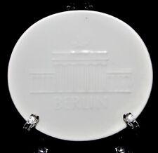 kleiner Wandteller Porzellan weiß Relief KPM Berlin Zeptermarke Brandenburger To