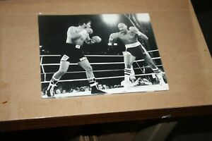 ROBERTO DURAN FORMER CHAMPION UNSIGNED 8X10 PHOTO VS MARVIN HAGGLER