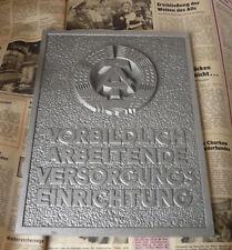 Metallschild  VORBILDLICH ARBEITENDE  VERSORGUNGS EINRICHTUNG  DDR  Metalllguß
