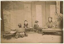 PHOTO JAPON 1880 - UN MAITRE ET SES ELEVES - TIRAGE ALBUMINE
