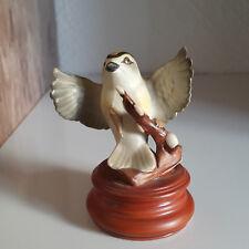 GOEBEL Vogel Goldhähnchen auf Podest tolle Farben Porzellan Tierfigur Bird