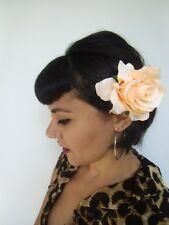 Grosse fleur rose champagne pince clip cheveux et broche coiffure rétro pinup