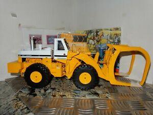 IH International Harvester 560 Pay Loader 1/25 die-cast metal replica with Log F