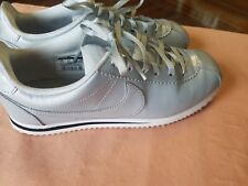 Ladies Nike Shoes Gray Silver Size 6 Excellent Pre Owned Condition!