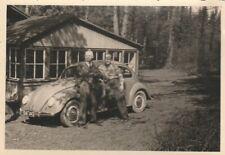 Foto Männer vor VW Käfer Auto Oldtimer