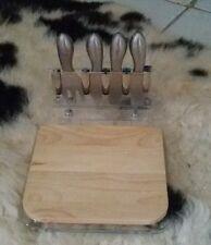 plateau en bois à fromage & 4 couvert fourchette couteau métal inox sur table