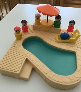 VINTAGE LITTLE PEOPLE PLAY FAMILY SWIMMING POOL & FIGURES