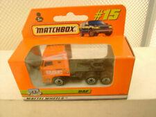 Camions miniatures oranges moulé sous pression