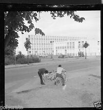 Portrait garçons à vélo moteur mobylette  - Négatif photo ancien an 1950-60