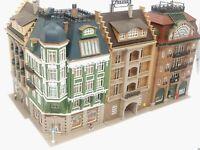 Straßenecke mit 4 großen Häusern 6 Figuren Ausstattung BELEUCHTET Spur N C1213