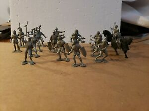 20 Vtg 1965 Louis Marx Silver Gray Knights   Horses Plastic Medieval Soldiers