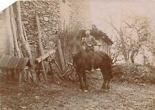 Snapshot homme sur son cheval paysan cage à poules lapin ferme fermier horse