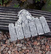 Steinfigur kleiner Gartenzwerg am Zaun Troll Zwerg Gargoyle Steinguss