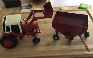 Ertl 1586 International Harvester Tractor w/Loader and Offset Gravity Wagon