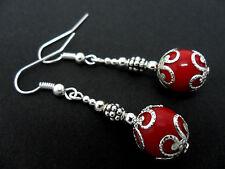 Una COPPIA DI DANGLY ROSSO CORALLO perline silver plated orecchini pendenti.