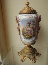 Vase en faïence, décor de femme et fleurs style Louis XVI monture en bronze doré