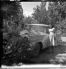 Portrait famille voiture ancienne américaine - ancien négatif photo an. 1950