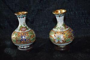 Paar Vasen, China Cloisonné vergoldet separate Holzsockel 12cm