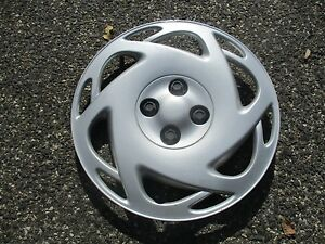 One factory 2000 2001 Saturn S series bolt on 15 inch hubcap wheel cover