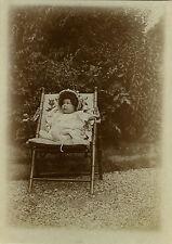 PHOTO ANCIENNE - VINTAGE SNAPSHOT - ENFANT CHAISE COIFFURE MODE DRÔLE - CHILD