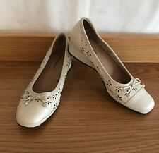🎉 HUSH PUPPIES Leather Beige White Loafers Mary Janes Heels Sz 38 7 5