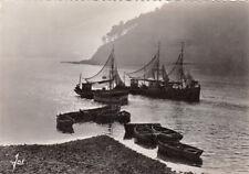 SCENES ET TYPES DE BRETAGNE bateaux de pêche dans la brume timbrée 1959