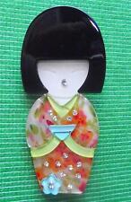 Fièvre de la qualité lucite art déco Geisha Kokeshi LADY broche pin en qualité boîte (F)