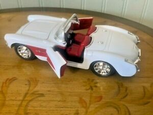 WELLY 1:24 Scale - 1957 Chevrolet Corvette - Diecast White/Red - NEW