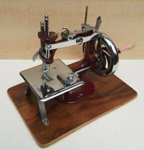 Vintage/mid century Essex miniature sewing machine great condition Display item.