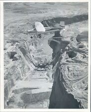 1961 Press Photo Plane Flies Over Glen Canyon Dam Construction Site