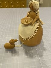 VINTAGE WOOD OMC JAPAN MUSIC BOX LADY WITH BOWL OF GRAIN FEEDING DUCKLING-WORKS