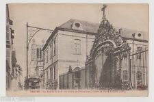 """CPA """" TROYES - La Rue de la Cité - La Grille de l'Hôtel-Dieu"""