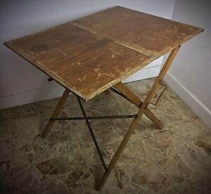 Ancienne table de camping pliable en bois vers 1950