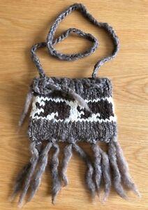 100% woollen shoulder bag with geometric horizontal pattern (22cm x 16cm; brown)