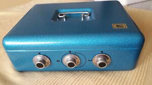 DDR-Geldkassette aus Stahl mit Hammerschlaglack, blau, sehr gut erhalten