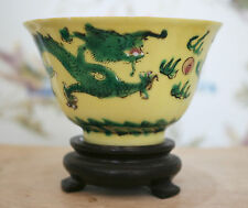 Une belle ANTIQUE CHINOIS JAUNE CITRON famille verte Dragon bol, signé