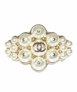 CHANEL - BROCHE EN PERLES ET METAL DORÉ - Chanel pearl brooch