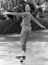 8b20-14596 athletic Dorothy Hamill performing on the ice 8b20-14596