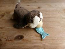 Nici Pinguin mit Fisch Plüschtier liegend