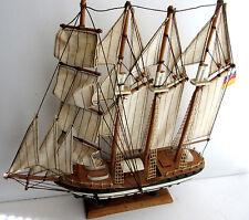 Maquette de bateau 3 mâts, bois peint, voiles en toile et cordes, 1960