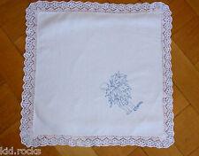 Antikes Leinen Deckchen Stickmotiv mit Spitzenrand eine uralte Handarbeit