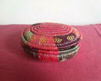 Antica, vecchia scatola con coperchio in Rattan Naturale multicolore. Vintage