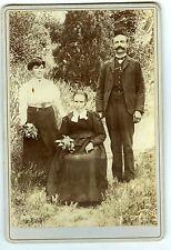 PHOTO CABINET Paul Pierron trois personnes posent extérieur circa 1890 coiffure