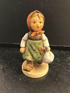 Goebel Hummel Figur 561 Großmutter wartet Mädchen Kopftuch + Bündel Hummelfigur