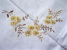 Schöne alte Tischdecke Mitteldecke weiß,Stickerei gelb braun bestickt Bumen  78