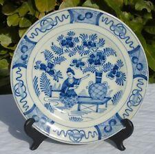Delft - Assiette en faïence à décor en camaïeu de bleu, décor au chinois. XIXe s