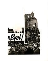 Umbo: Wir fordern Brot, Demonstration in Hannover April 1947. O.-Fotografie.